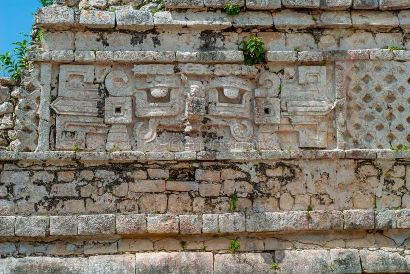 Detalles de grabados de un templo maya, en el área arqueológica de Chichen Itza imagen de archivo