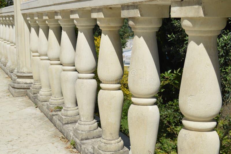 Detalles de la barandilla, columnas de mármol blancas del primer, iluminadas por el sol imágenes de archivo libres de regalías