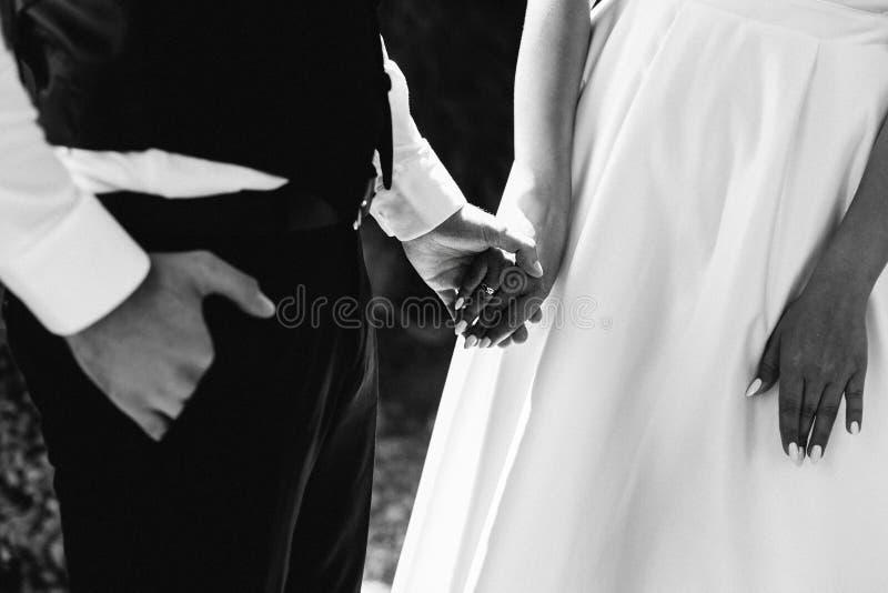Detalles de la boda Hermanas que llevan a cabo las manos Amor boda los detalles Dulzura fotografía de archivo libre de regalías