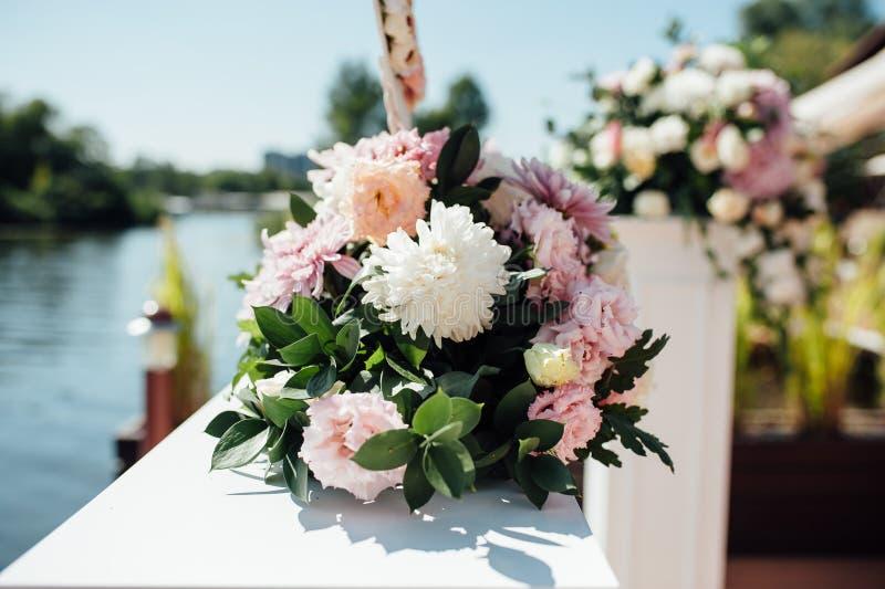 Detalles de la ceremonia de boda hermosa en el parque foto de archivo