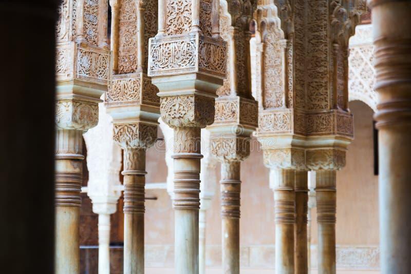 Detalles de la corte de los leones en Alhambra foto de archivo libre de regalías