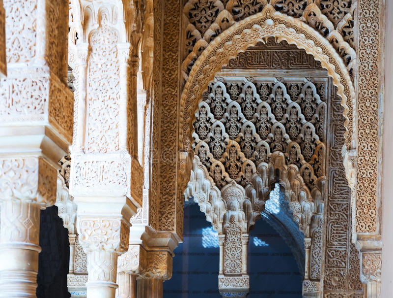 Detalles de la corte de los leones en Alhambra en día granada foto de archivo