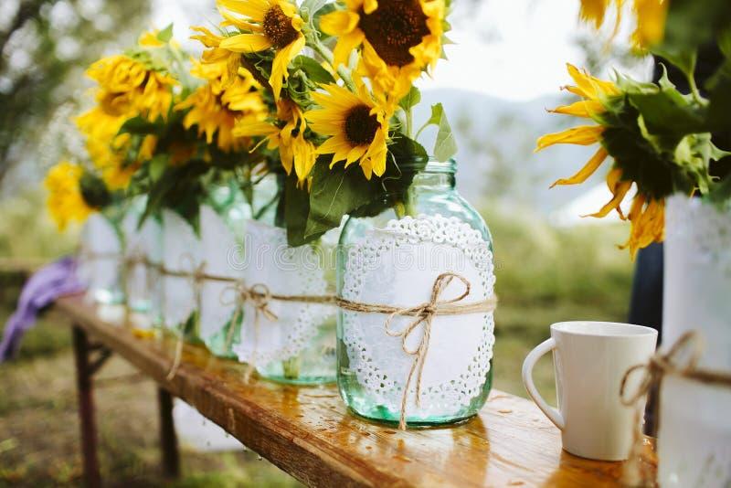Detalles de la decoración de la boda de girasoles en tarros de albañil fotografía de archivo libre de regalías