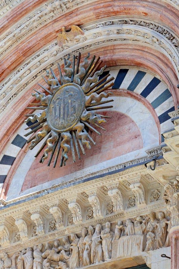 Detalles de la entrada en mármol en la fachada de Siena Baptistery fotografía de archivo