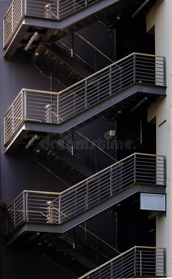 Detalles de la escalera al lado de la visión constructiva L?nea modelo de arquitectura geom?trico imagenes de archivo