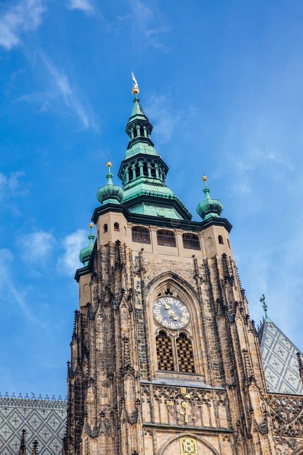 Detalles de la fachada de la catedral metropolitana de los santos Vitus en Praga fotos de archivo