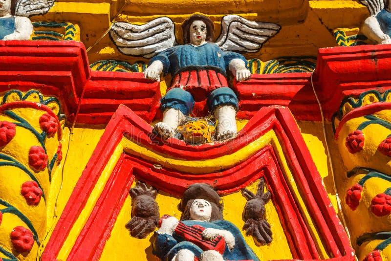 Detalles de la fachada de la iglesia en la ciudad de San Andres Xecul imagenes de archivo