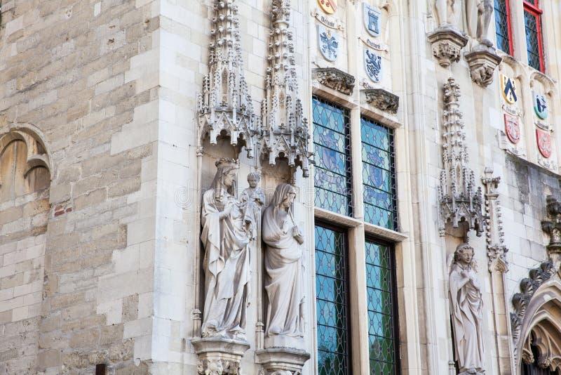 Detalles de la fachada del edificio de ayuntamiento de Brujas fotografía de archivo