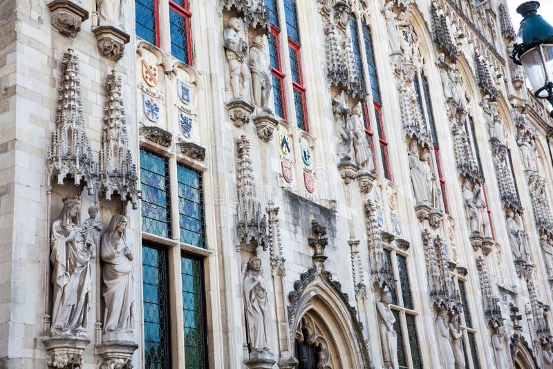 Detalles de la fachada del edificio de ayuntamiento de Brujas imagenes de archivo