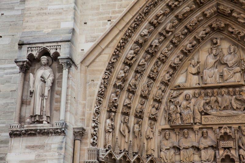 Detalles de la fachada del oeste de la catedral de nuestra señora de París en un día de invierno de congelación momentos antes de imagen de archivo libre de regalías