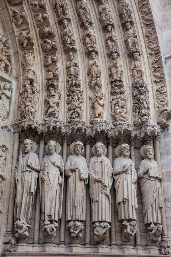Detalles de la fachada del oeste de la catedral de nuestra señora de París en un día de invierno de congelación momentos antes de imágenes de archivo libres de regalías