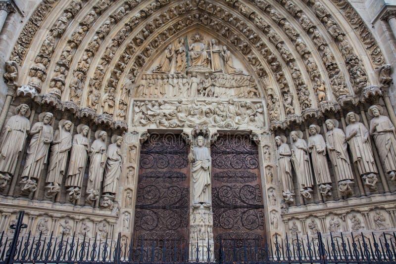 Detalles de la fachada del oeste de la catedral de nuestra señora de París en un día de invierno de congelación momentos antes de fotos de archivo