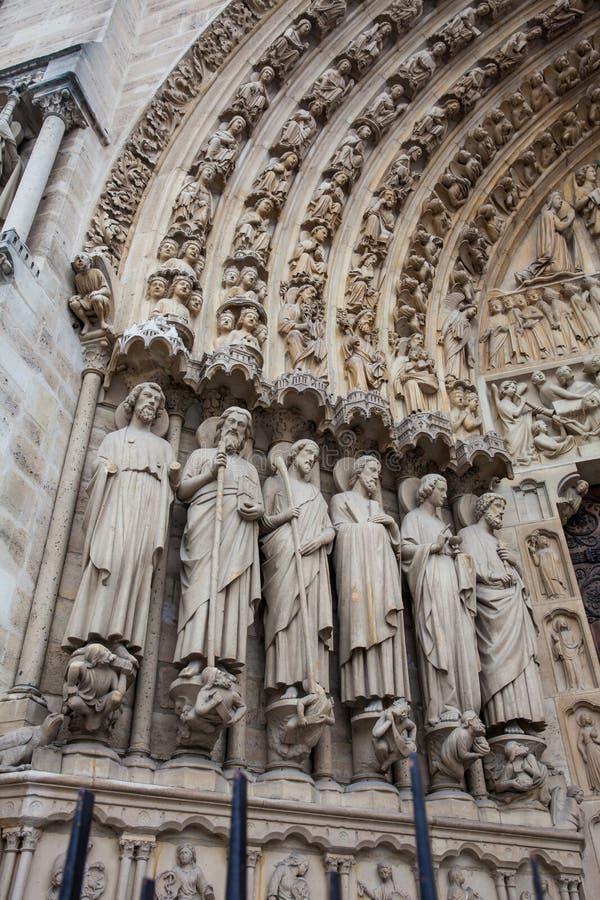 Detalles de la fachada del oeste de la catedral de nuestra señora de París en un día de invierno de congelación momentos antes de fotografía de archivo libre de regalías