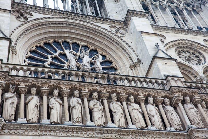 Detalles de la fachada del oeste de la catedral de nuestra señora de París en un día de invierno de congelación momentos antes de fotografía de archivo