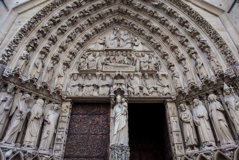Detalles de la fachada del oeste de la catedral de nuestra señora de París en un día de invierno de congelación momentos antes de imagen de archivo