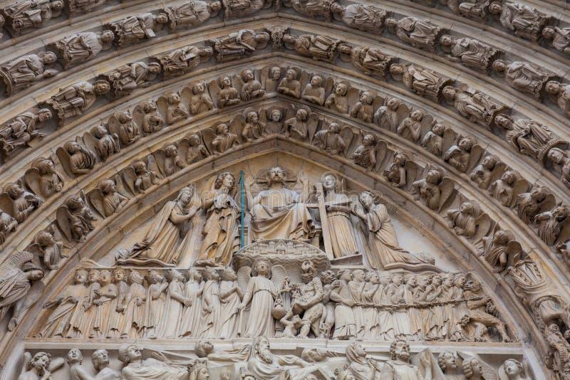 Detalles de la fachada del oeste de la catedral de nuestra señora de París en un día de invierno de congelación momentos antes de foto de archivo