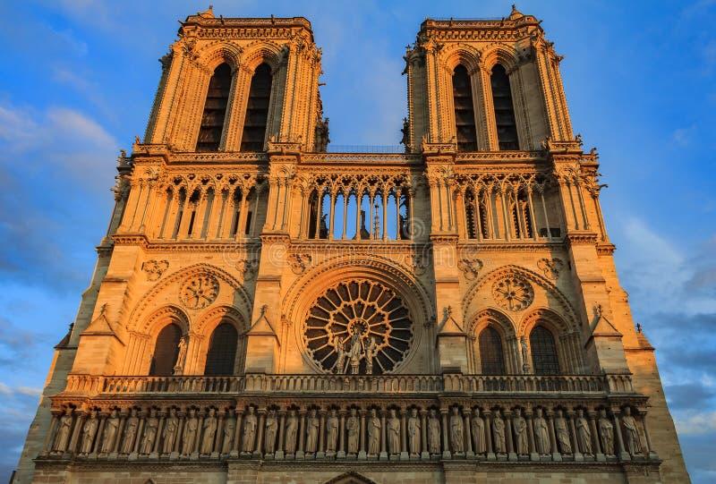 Detalles de la fachada meridional de la fachada de Notre Dame de Paris Cathedral con la ventana color de rosa más vieja y el trac fotografía de archivo