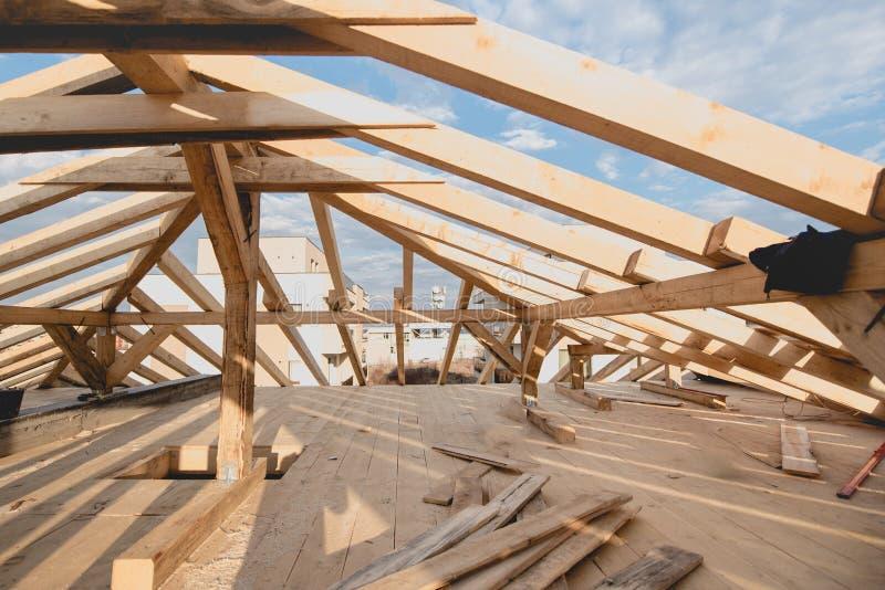 Detalles de la nueva construcción - enmarcando instalando el tejado ate el sistema fotografía de archivo libre de regalías