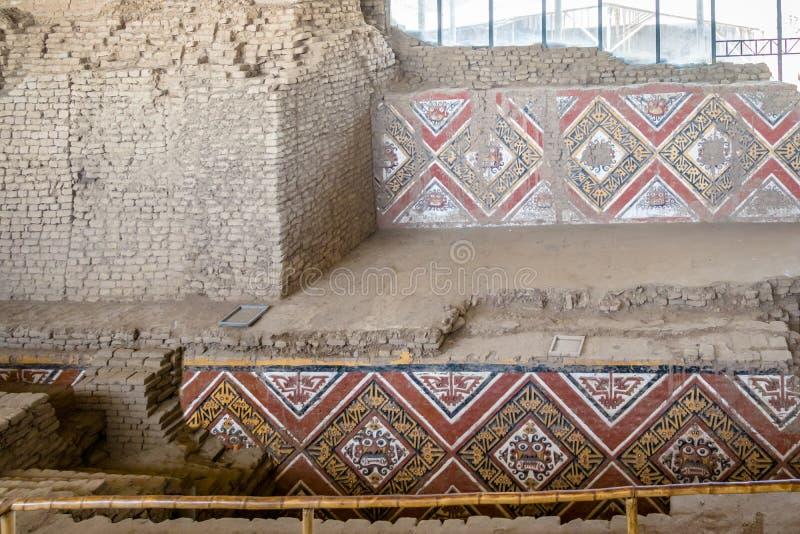 Detalles de la pared tallada en el sitio arqueológico de Luna del la de Huaca de - Trujillo, Perú fotografía de archivo libre de regalías