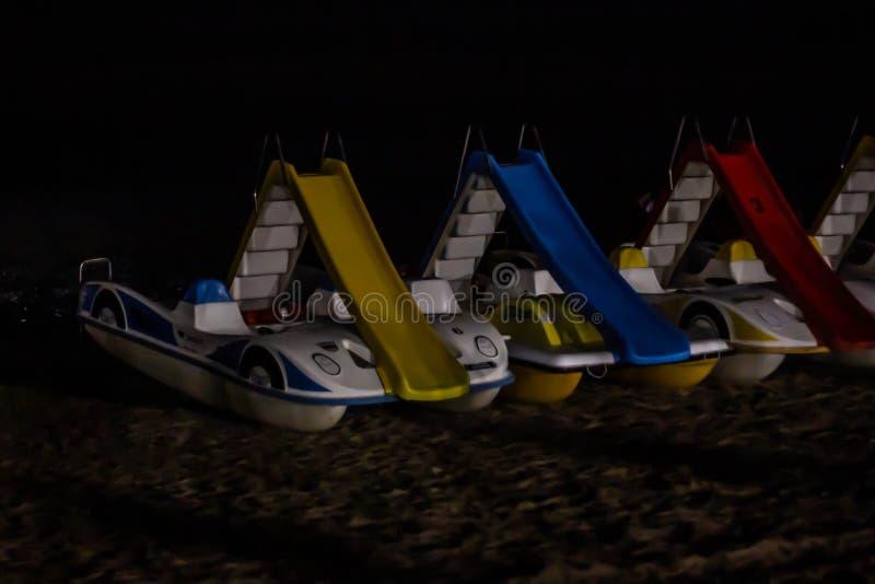 Detalles de la playa de la noche, jesolo para evitar actos de violencia o vandalismo, algunas ciudades de la playa han equipado s foto de archivo libre de regalías