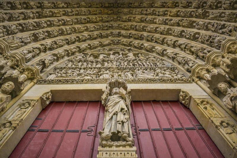 Detalles de la puerta de la iglesia de Amiens, Francia foto de archivo