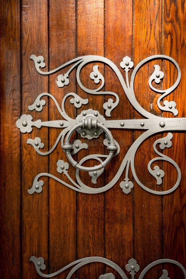 Detalles de la puerta de la iglesia en Strondheim, Noruega fotografía de archivo