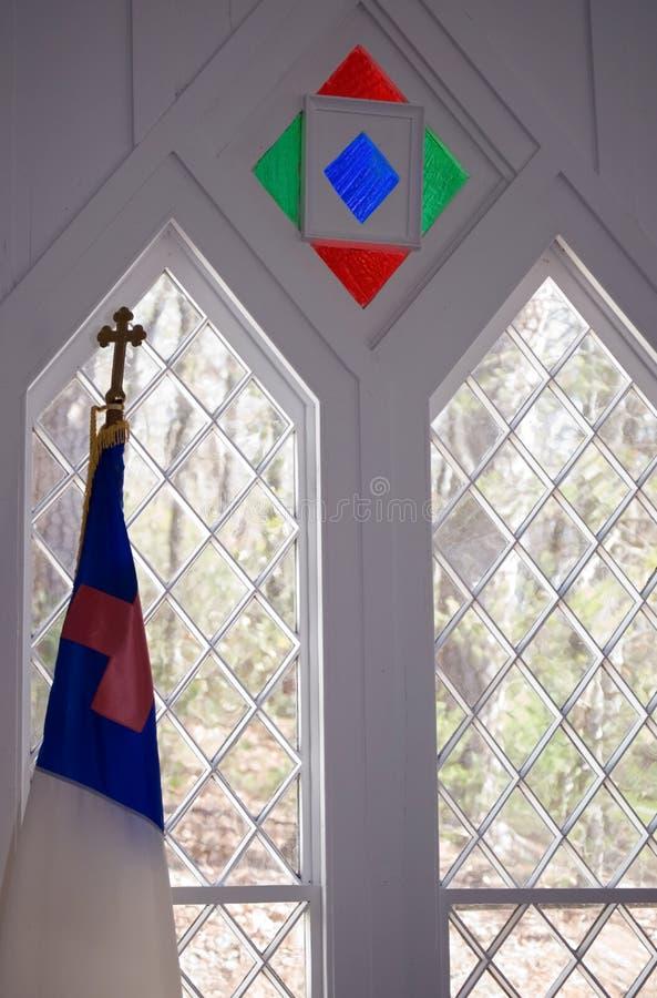 Detalles de la ventana en pequeña iglesia foto de archivo