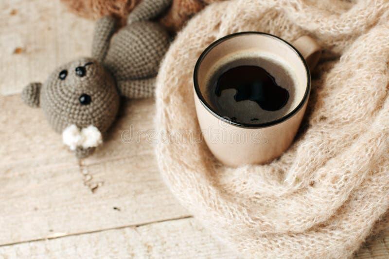 Detalles de la vida inm?vil en la sala de estar interior casera Handmabe hizo punto el juguete-oso, taza del café, suéteres en fo fotos de archivo libres de regalías