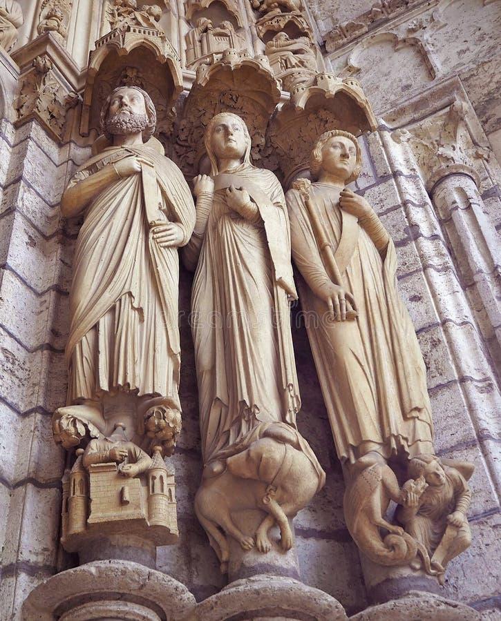 Detalles de las estatuas en Cathedrale Notre Dame de Chartres, una catedral católica vieja medieval en Chartres, Francia imagenes de archivo