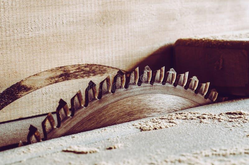 Detalles de las sierras de los muebles con una sierra de circular La circular vio para cortar la madera imagenes de archivo