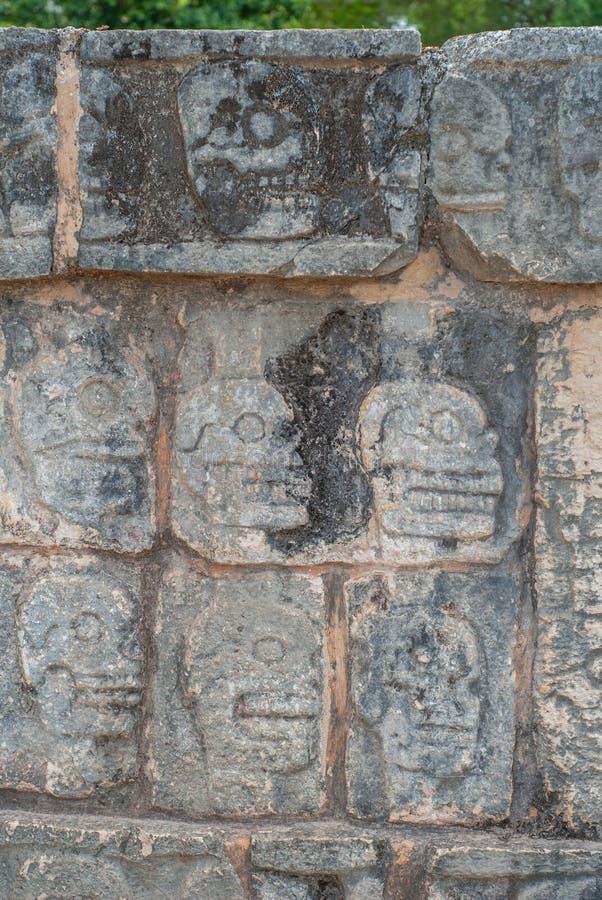 Detalles de los grabados del cráneo, en un templo maya, en el área arqueológica de Chichen Itza fotos de archivo