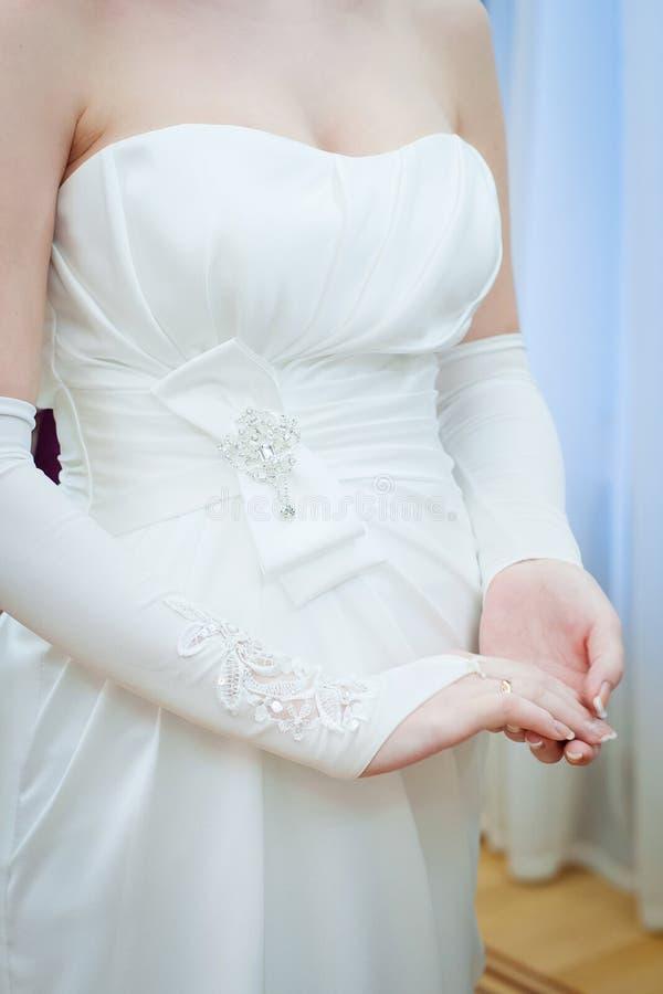 Detalles de los vestidos de la novia fotos de archivo