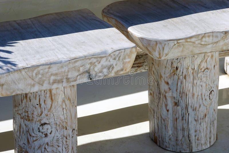 detalles de madera de una tabla y de sillas en el paisaje de Oia en Santorini imagenes de archivo