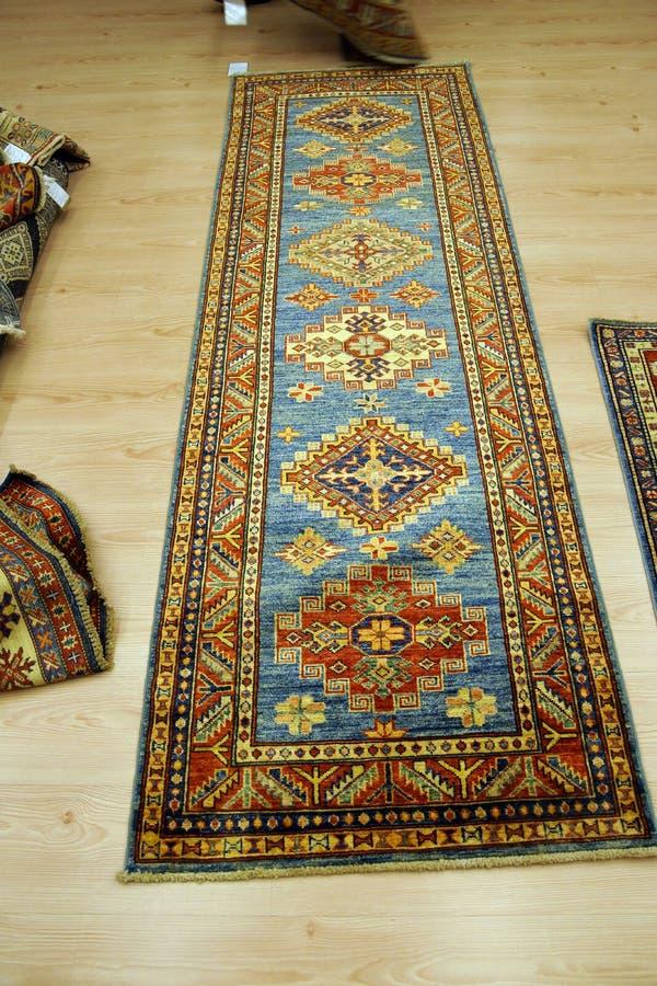 Detalles de modelos azules complejos en alfombras turcas for Modelos de alfombras