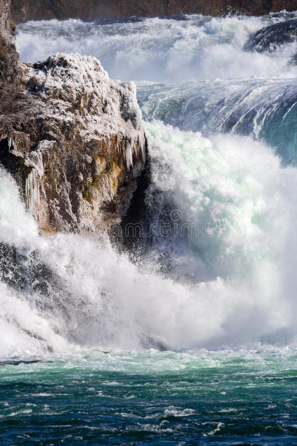 Detalles de Rhine Falls, las cascadas más grandes de Europa, en helada del invierno, imagenes de archivo