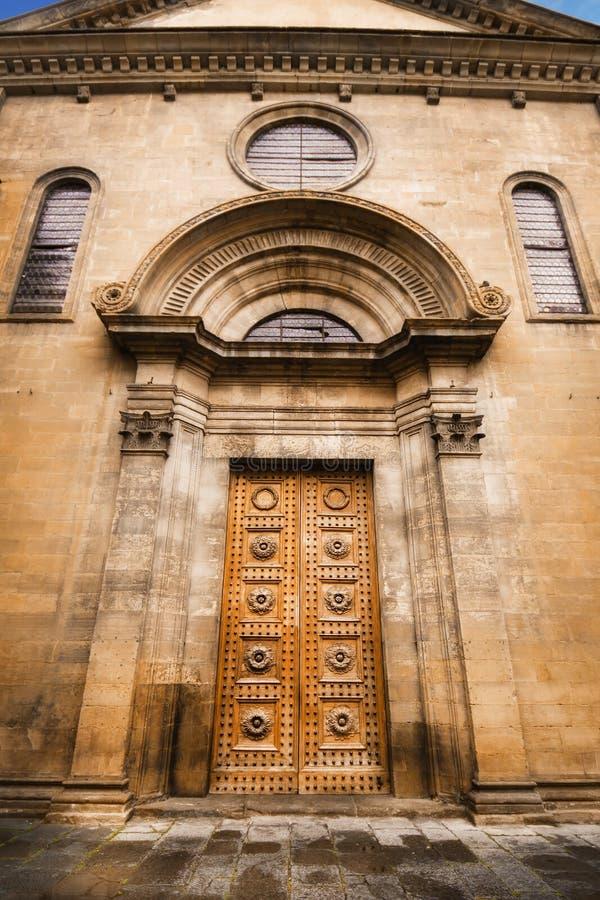 Detalles de una puerta de la iglesia en Florencia fotos de archivo