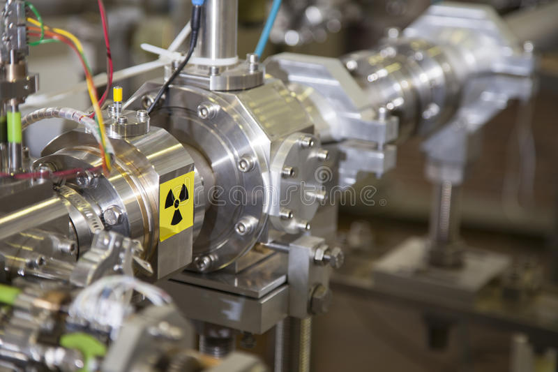 Detalles del acelerador de ION con la señal de peligro de la radiación foto de archivo