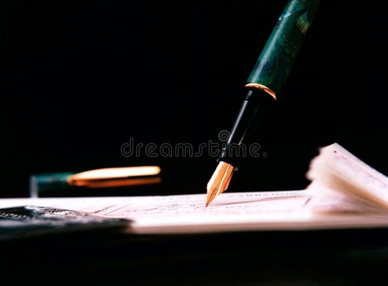 Detalles del cheque de la escritura de la pluma fotografía de archivo