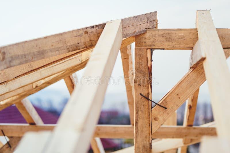 Detalles del emplazamiento de la obra, estructura de la madera del sistema del tejado del braguero La estructura de madera del nu imagen de archivo libre de regalías