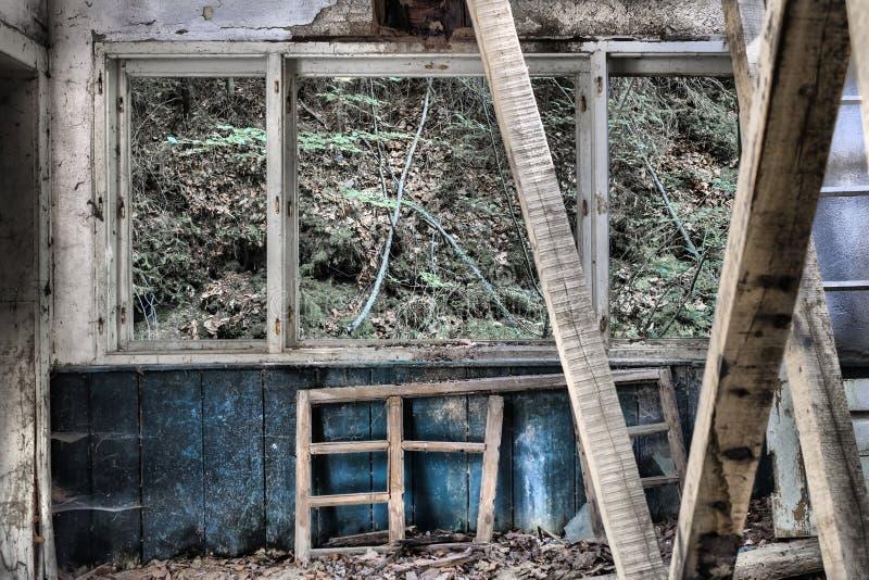 Detalles del interior de una casa médica abanadoned vieja en vagos fotografía de archivo