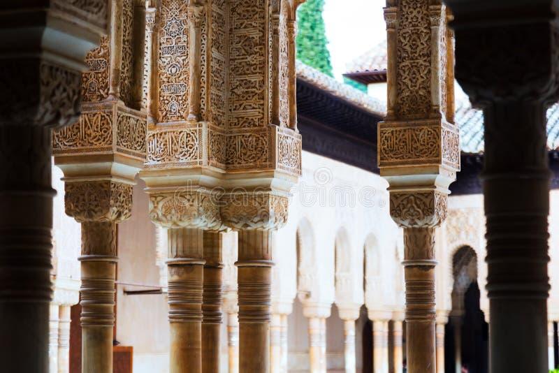 Detalles del patio de los leones en tiempo del día alhambra foto de archivo