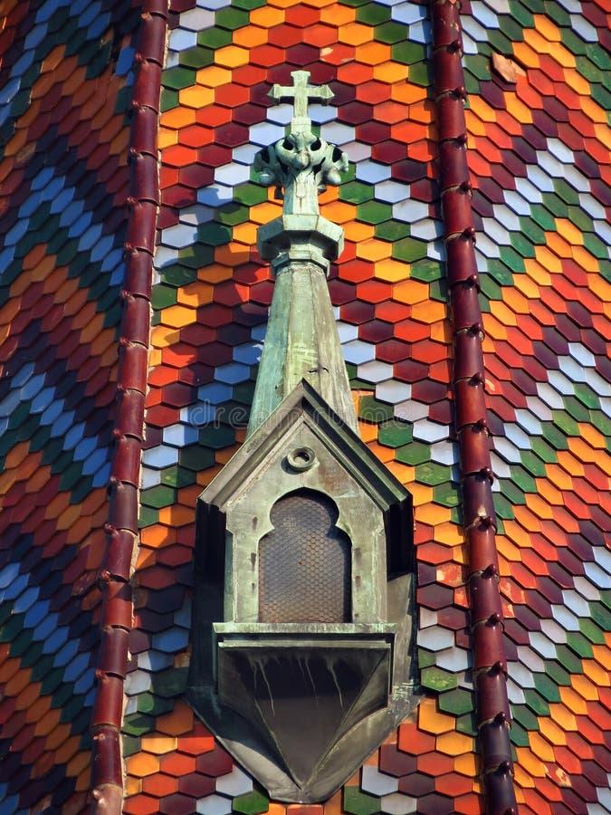 Detalles en el tejado de la iglesia del nombre de Maria, tejas con textura colorida imagen de archivo libre de regalías