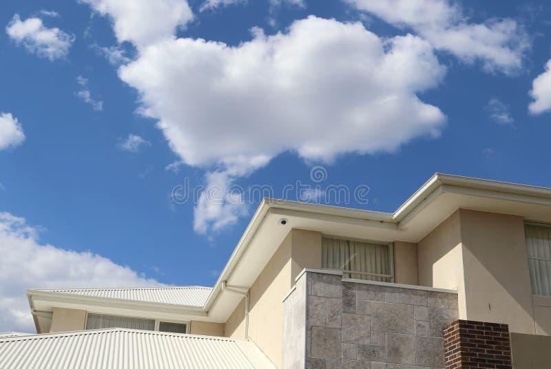 Detalles exteriores de la arquitectura moderna el día soleado fotos de archivo