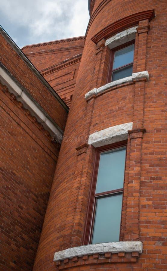 Detalles exteriores de un edificio de ladrillo rojo viejo foto de archivo