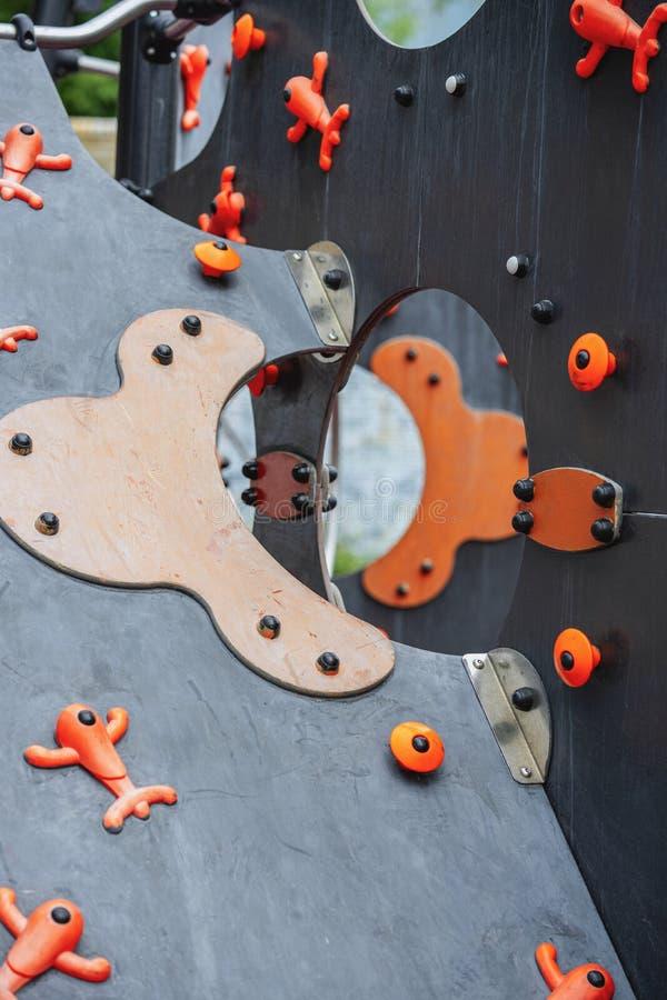 Detalles geométricos abstractos de una diapositiva de los niños de madera coloridos brillantes, como representación 3D imágenes de archivo libres de regalías