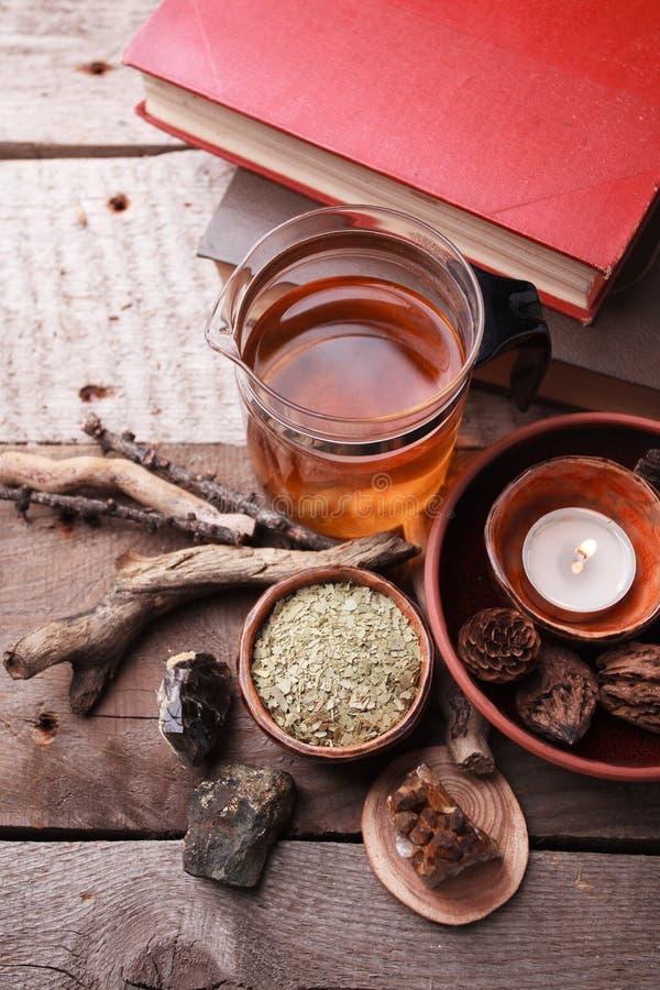 Detalles interiores auténticos, vidrio de rea herbario, plantas herbarias secas, tratamiento homeopático en el fondo de madera rú foto de archivo