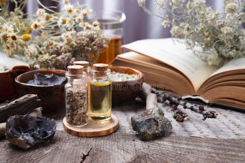 Detalles interiores auténticos, vidrio del rea herbario, tratamiento homeopático en la opinión de top de madera rústica del fondo fotos de archivo libres de regalías