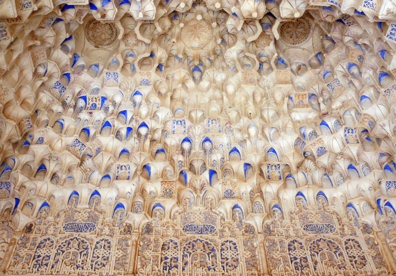 Detalles islámicos tallados cámara acorazada de la configuración de Muqarnas fotos de archivo