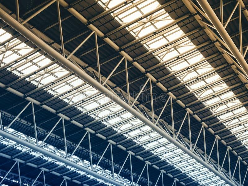 Detalles modernos de acero del tejado de la arquitectura de la estructura de edificio de la construcci?n imagenes de archivo