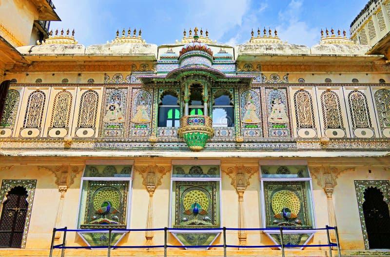 Detalles y decoraciones arquitectónicas escénicas dentro del Palacio Municipal de Udaipur, región Rajastán de India imagenes de archivo